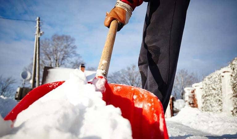 Ручная чистка снега
